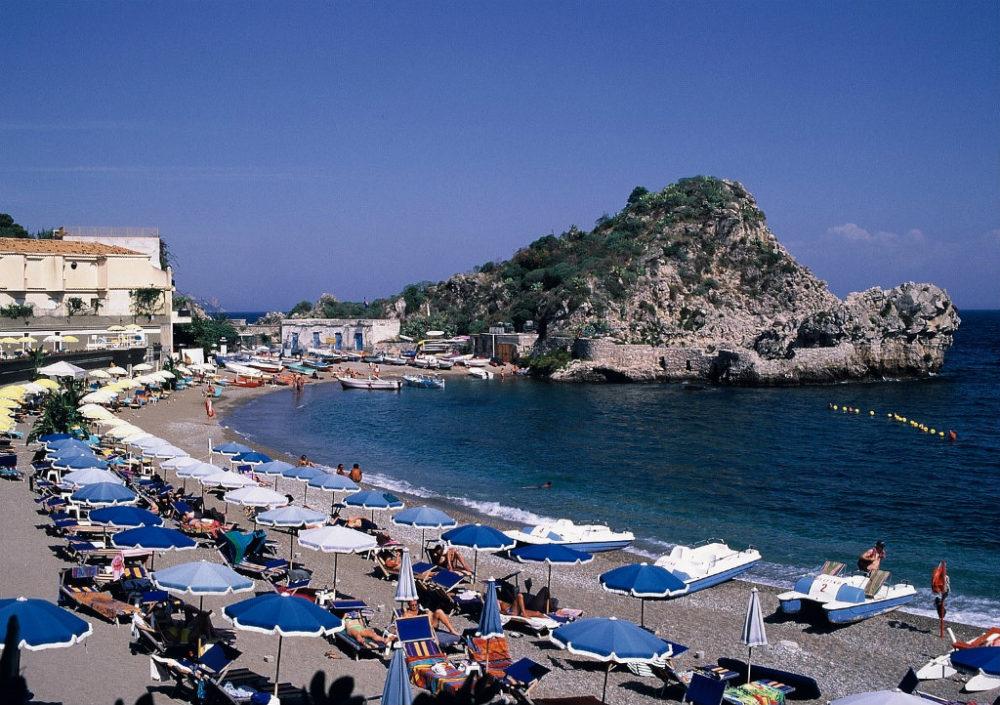 シチリア、タオルミーナ。グランブルーの海。シチリア、タオルミーナ。グランブルーの海。マッザロ海水浴場