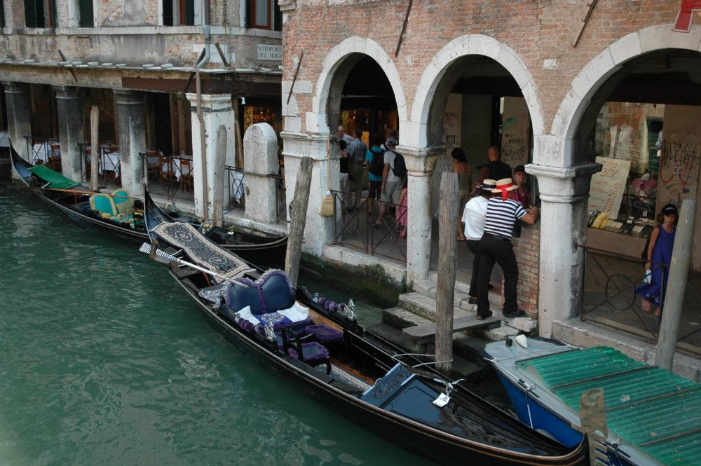 ヴェネツィア、ゴンドラ乗り場とゴンドリエーレ。以前は乗る前に時間と料金交渉ができたが、今は観光客が溢れ、順番待ちです。