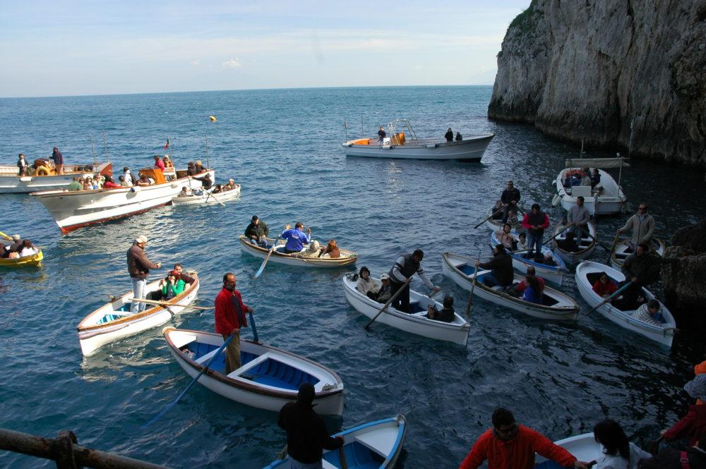 イタリアカプリ島青の洞窟の前で小舟に乗って、青の洞窟入り口へ順番待ちのひとたち