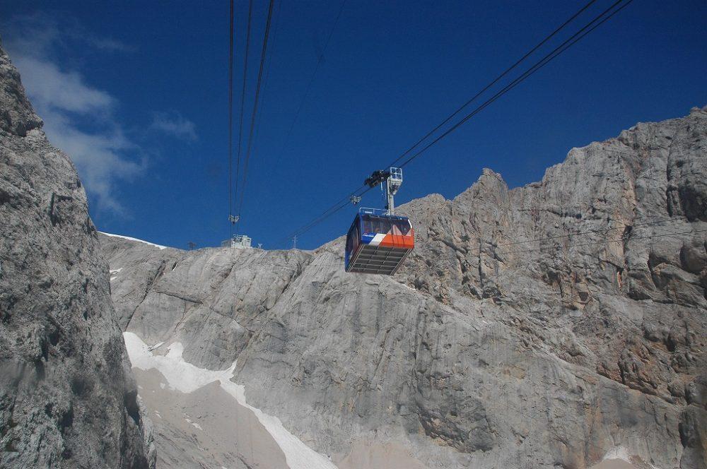 世界遺産・ドロミテ最高峰マルモラーダにかかるゴンドラ