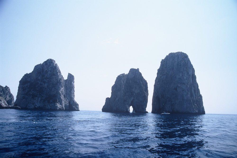 イタリアカプリ島を一周する観光船に乗ってみよう。カプリ島の回りには青の洞窟、エメラルドの洞窟、白の洞窟、ファラリオーニ岩島群の真ん中のトンネルを通り抜けたりしてくれます。