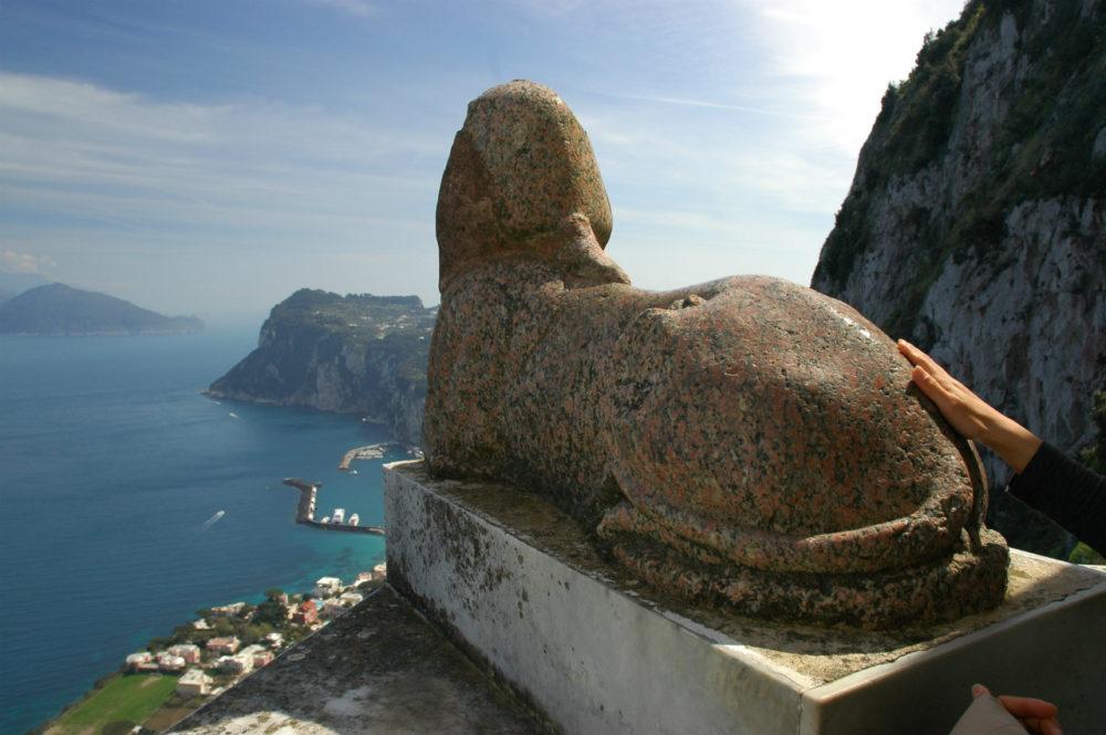 アクセルムンテの別荘、カプリ島の海岸やマリーナグランデが見下ろせる絶景の庭園がある。沖にはソレント半島のカンパネッラ岬もみえる。