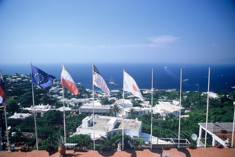 イタリアカプリ島、ウンベルト一世広場のテラスからマリーナグランデを望む。この広場はカプリ島の中心で、ここからカプリ島各方面へ行ける。