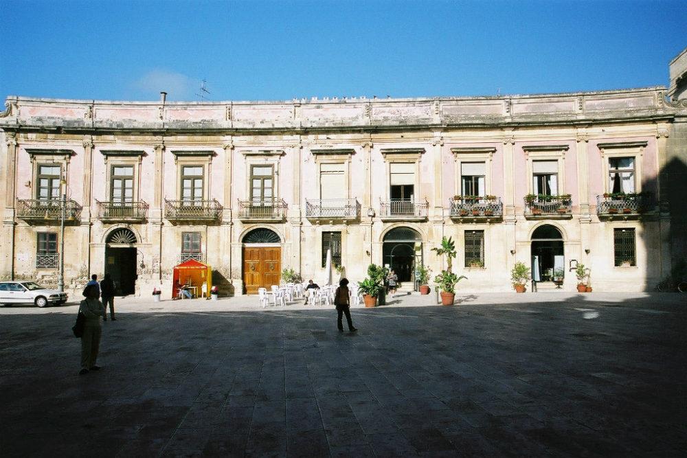 ゥオーモ広場に面してシチリアバロックの建物が取り巻く