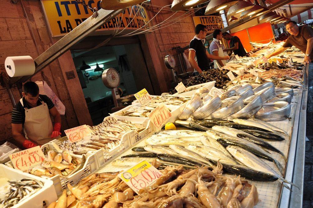 シチリア、シラクーサ、市場では威勢のいいお兄さんが、新鮮魚介をたくさん並べて売っていた。発声法は日本と同じでおもしろかった。
