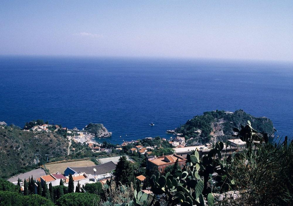 シチリア、タオルミーナ、背後の山へ登り タオルミーナ、イソラベッラを見下ろすと