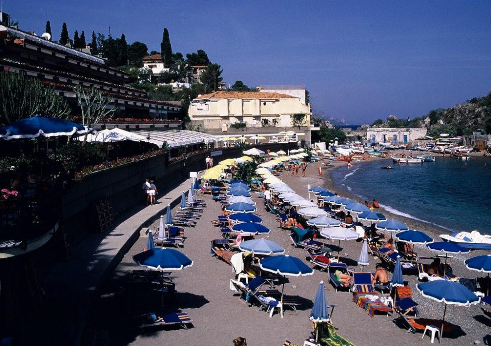 シチリア、タオルミーナ。グランブルーの海。