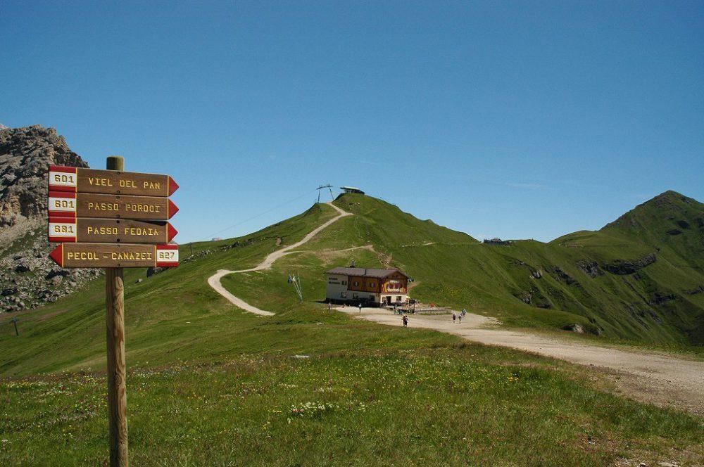 パッソ・ポルドイ(2239m)、パッソ・ポルドイからサス・ポルドイ(2,950m)へのトレッキングコースです。スタートはカナツェイからテレキャビンでペコル、ゴンドラを乗り継いでベルヴェデーレから歩き始めです。進行方向右手にドロミテ最高峰マルモラーダ(3,342m)、左手にサッソルンゴとセッラ山群の雄大なパノラマが広がり、花が咲き誇る絶景を楽しみながら歩けます。