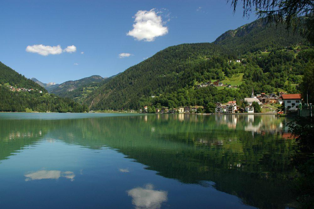 ドロミテトレッキング、チヴェッタ、アッレゲ湖。静かな湖面に夏の雲が流れていた。