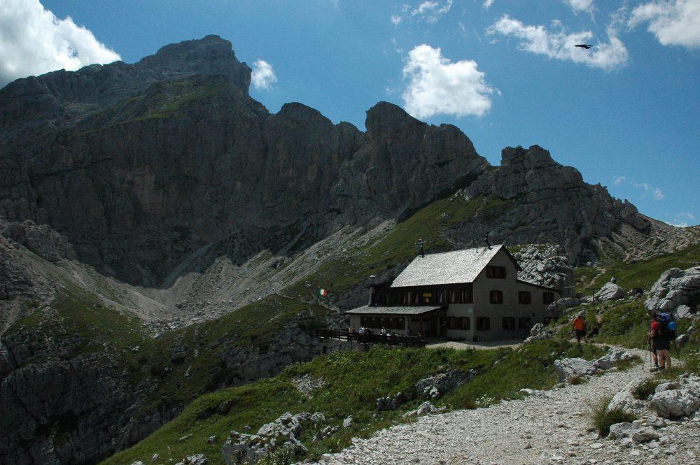 リフージオ・コルダイ、ドロミテトレッキング、チヴェッタ、夏しか見られない山上湖を見に行く。ここで一休みしてから湖へ