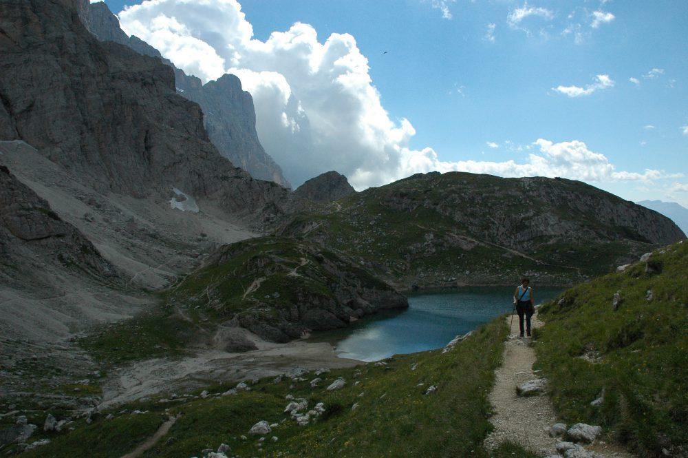 ・Lago Cordai=ラーゴ・コルダイ。ドロミテトレッキング、チヴェッタ、夏しか見られない山上湖、冬は雪に閉ざされ隠れてしまう。