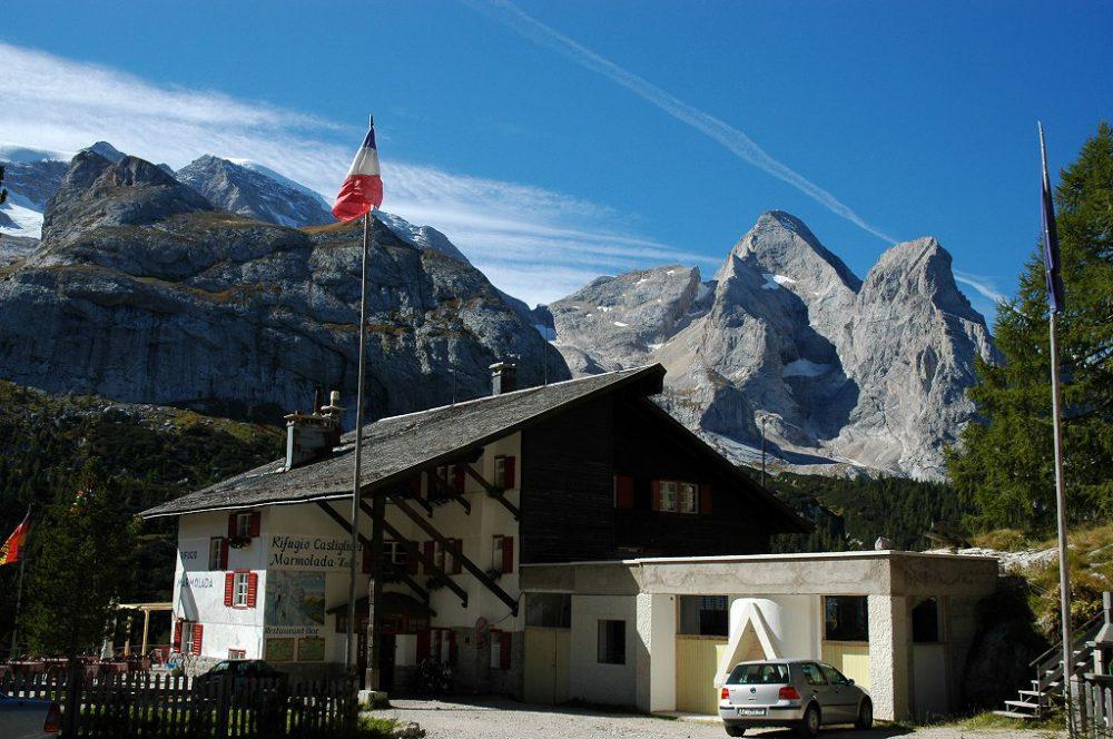 ドロミテトレッキング、ヴィア・デル・パン、フェダイア峠。リフージオ・カスティリオーニ。氷河マルモラーダへの入り口にある。