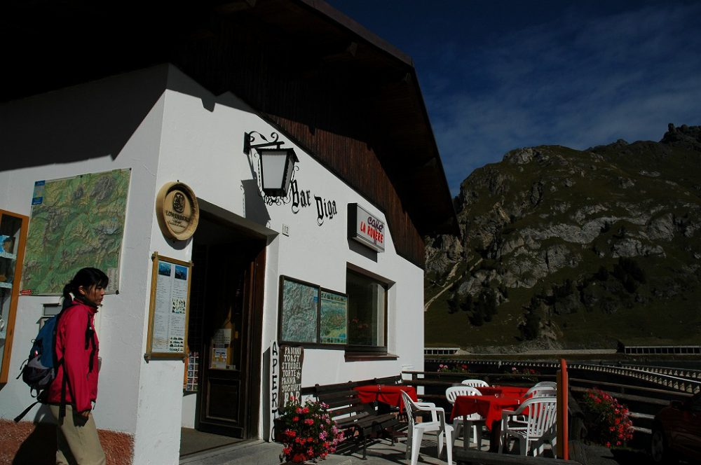 ドロミテトレッキング、ヴィア・デル・パン、フェダイア湖。マルモラーダの登り口にあるバール。おみやげ物、絵はがきなどもおいてある。