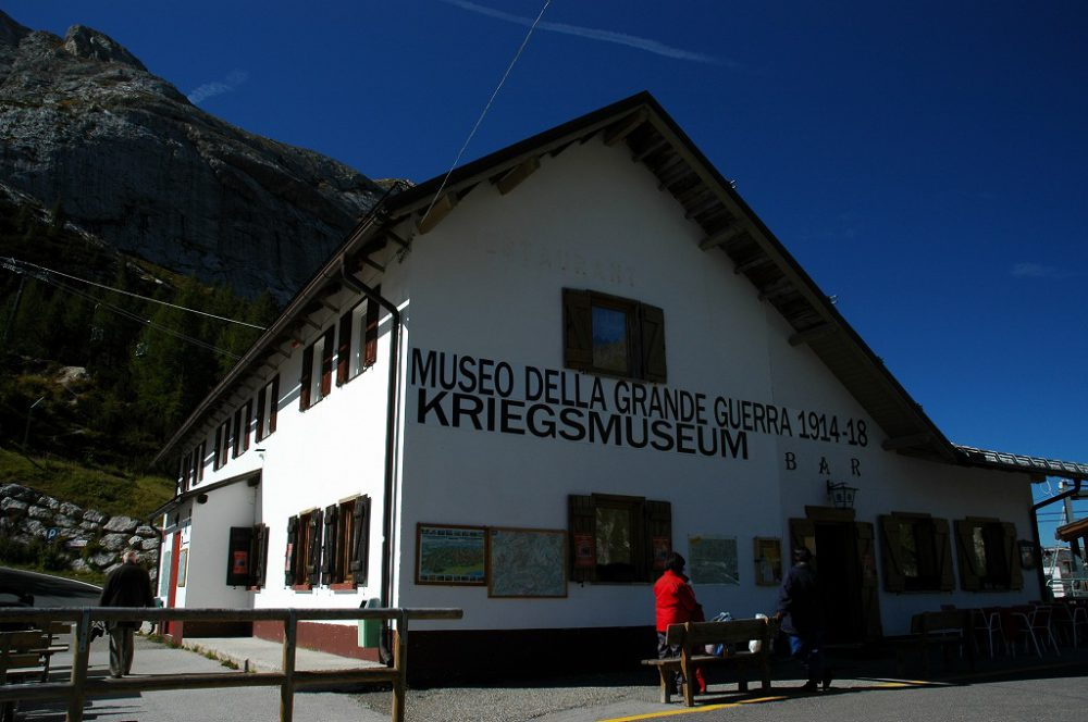 ドロミテトレッキング、ヴィア・デル・パン、フェダイア湖。マルモラーダの登り口にある第一大戦記念博物館。