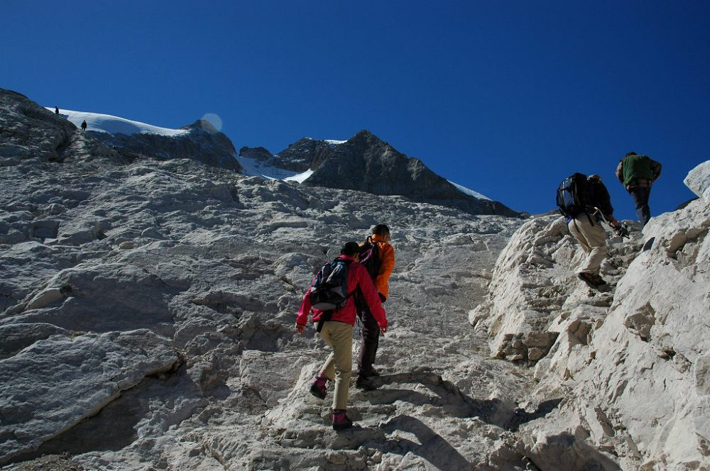 ドロミテトレッキング、マルモラーダの立ち乗りリフトを降りたら、いよいよマルモラーダ氷河目指して登ります。