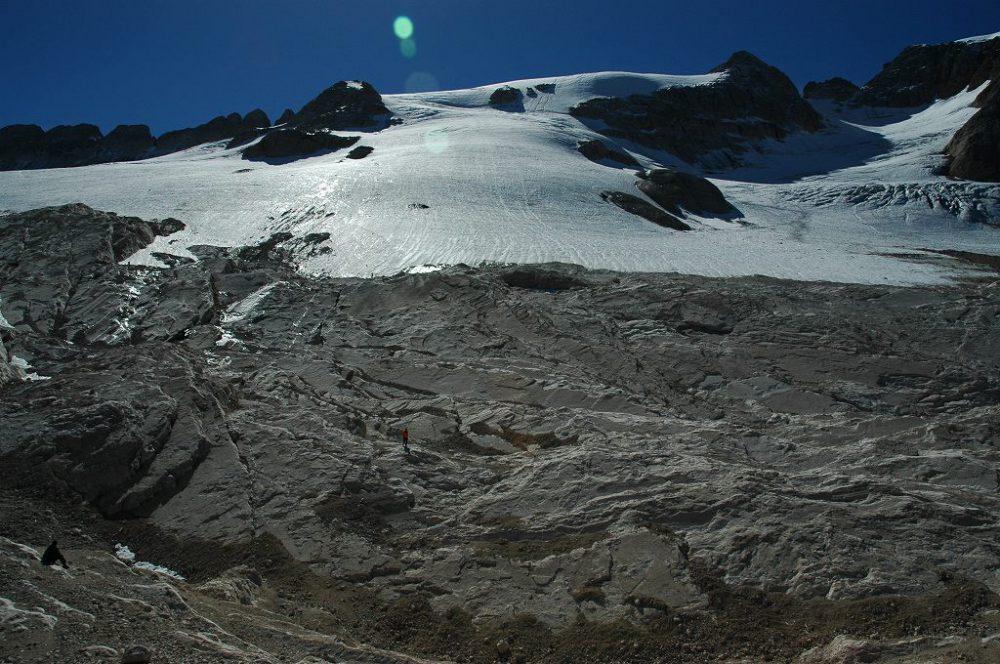 ドロミテトレッキング、マルモラーダ氷河の縁に到着しました。ドロミテ唯一の氷河=マルモラーダ氷河です。