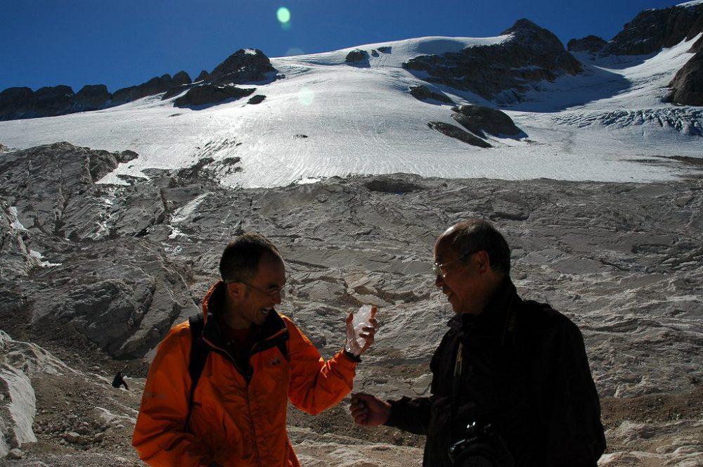 ドロミテトレッキング、ドロミテ唯一の氷河=マルモラーダ氷河。マルモラーダ氷河の縁まで登って氷をゲットしました。