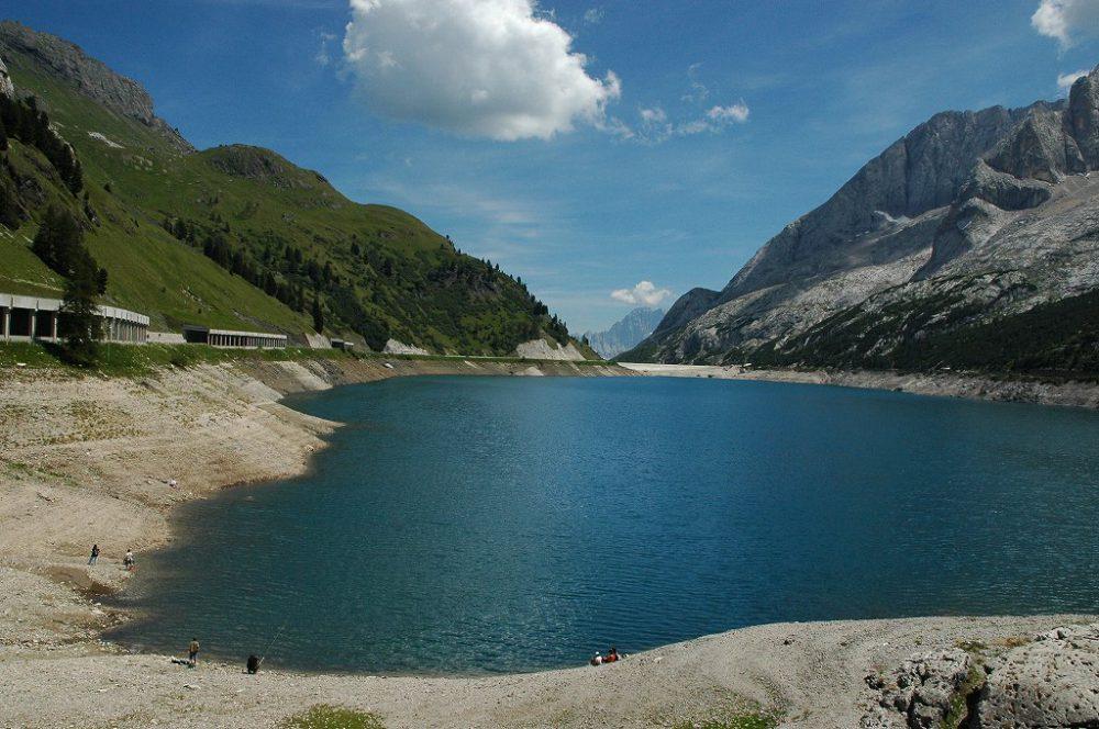 ドロミテトレッキング、ヴィア・デル・パン、フェダイア湖。氷河マルモラーダの雪解け水をたたえている。