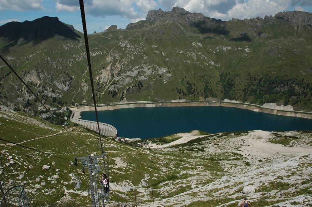 ドロミテトレッキング、ヴィア・デル・パン、フェダイア湖からマルモラーダ(3,342m)への立ち乗りリフト。ドロミテ広といえども、この昔ながらのリフトを残しているのはここだけ。