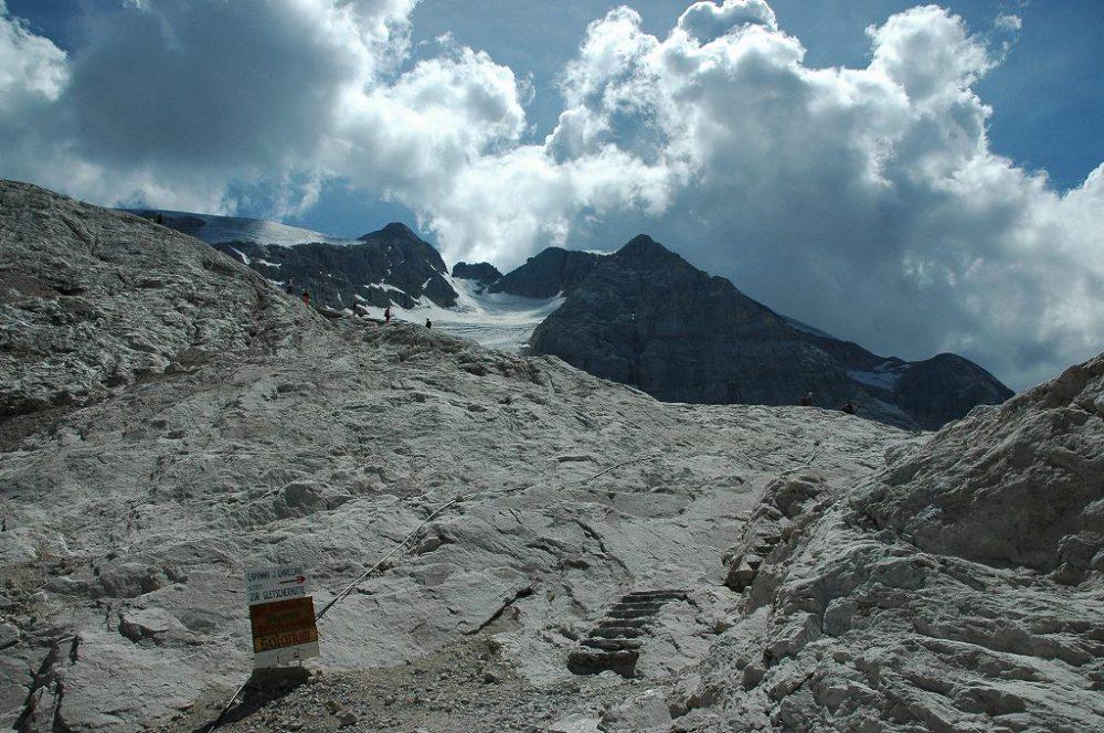 ドロミテトレッキング、ヴィア・デル・パン、登るにつれて山頂から続くドロミテ唯一のマルモラーダ氷河が見えてきた。