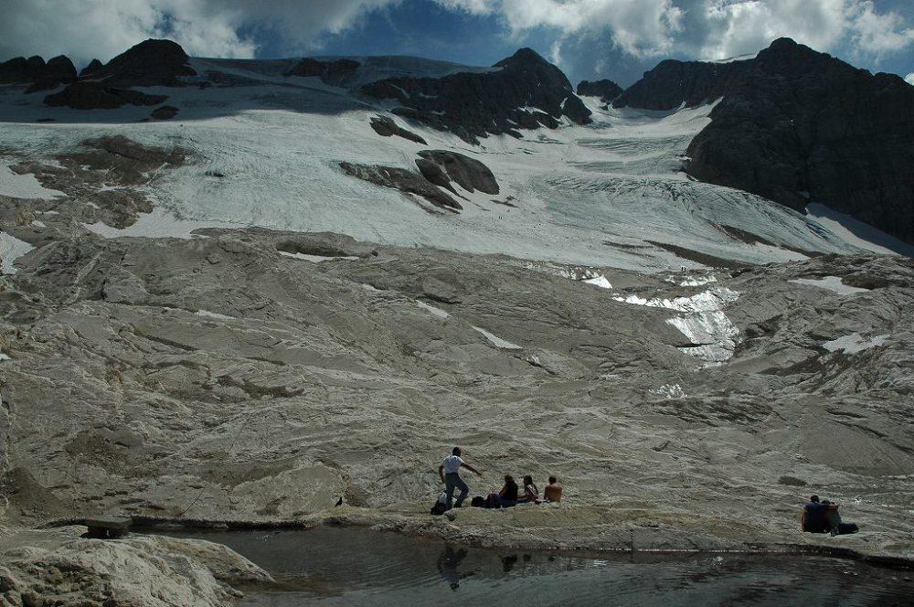 ドロミテトレッキング、ヴィア・デル・パン、マルモラーダ。山頂から続くドロミテ唯一の氷河。