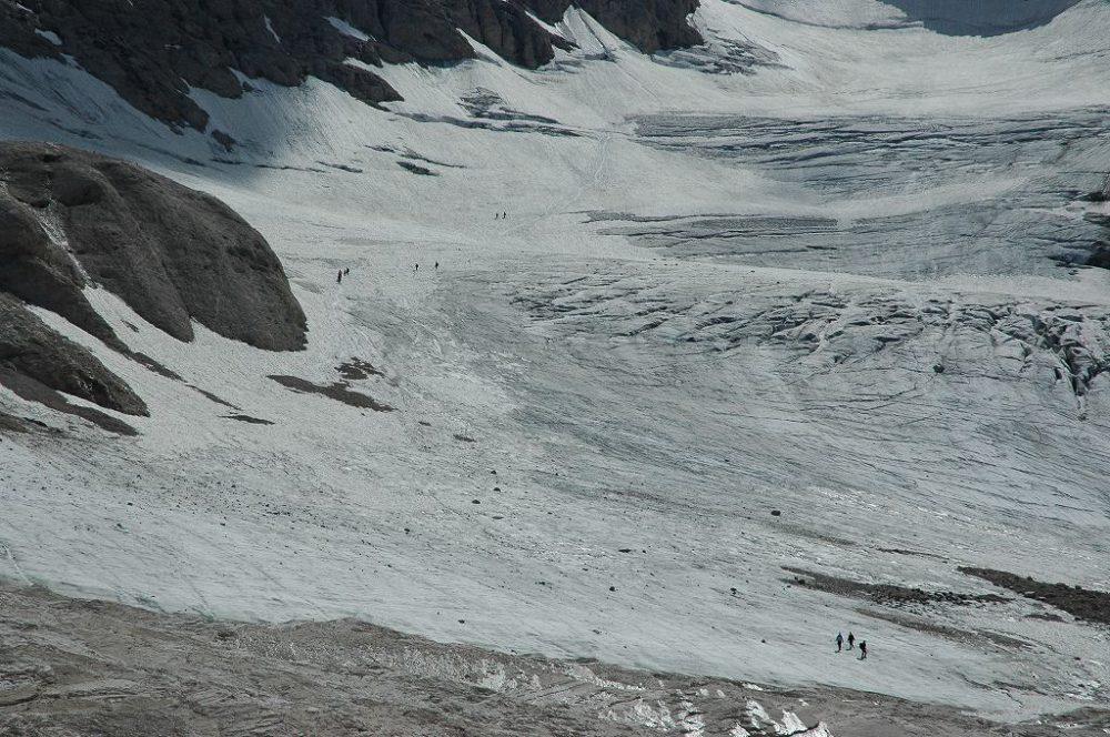 ドロミテトレッキング、ヴィア・デル・パン、マルモラーダ。山頂から続くドロミテ唯一の氷河に到達。