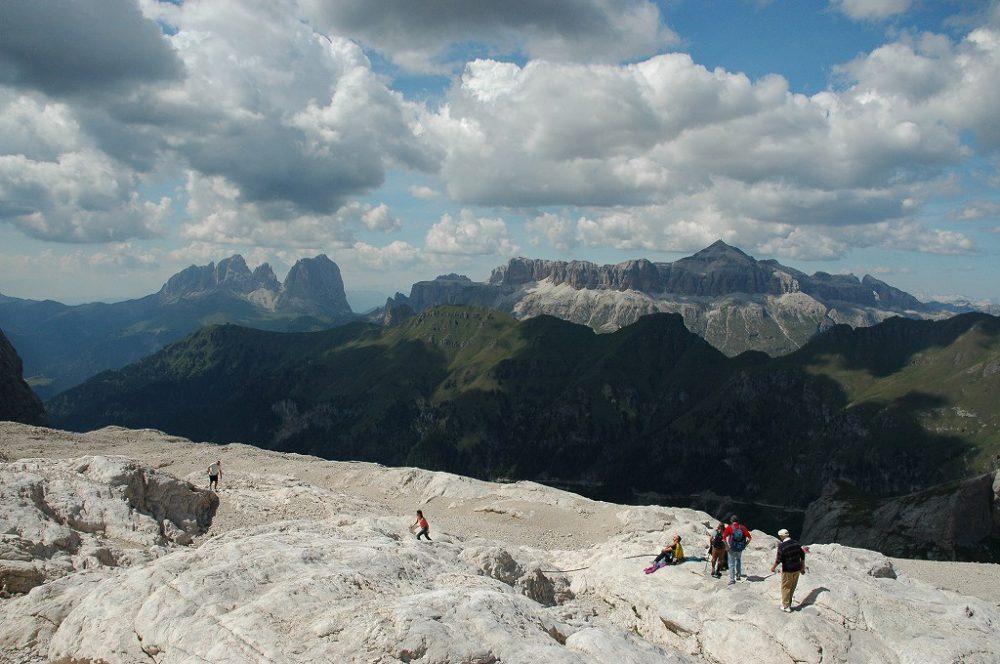 ドロミテトレッキング、ヴィア・デル・パン、マルモラーダからみたサッソルンゴとGruppo del Sellaセッラ山群。