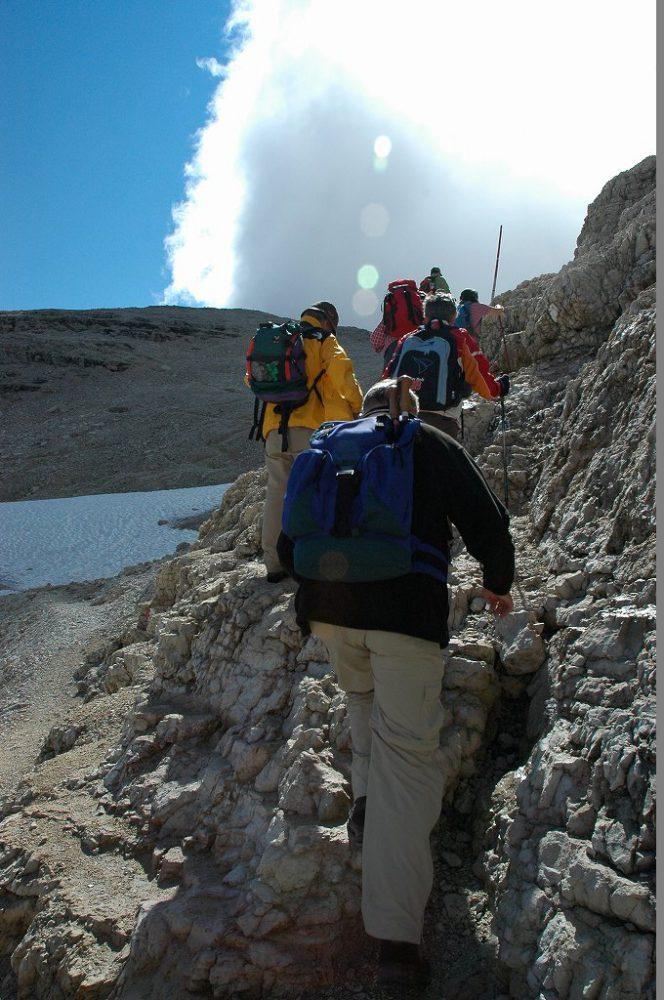 ドロミティの歩き方。ドロミーティトレッキング、ピッツ・ボエ(3,152m)へ、頂上まで50分とあるがそれは熟練上級者の話です。ともかく、一歩一歩登り始めましょう。