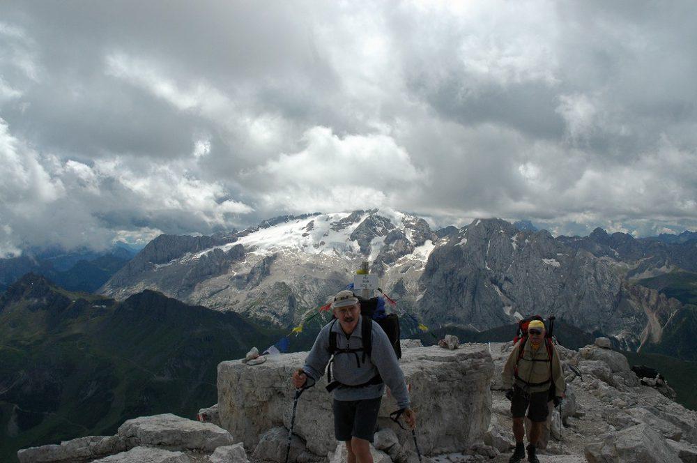 ドロミティの歩き方。ドロミーティトレッキング、ピッツ・ボエ(3,152m)頂上にある、リフージオ・カパンナ・ファッサからみるマルモラーダ(3,342m)。しばし、ドロミーティ絶景を楽しみましょう。