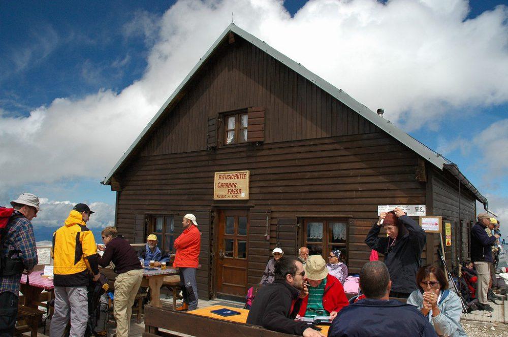 ドロミティの歩き方。ドロミーティトレッキング、ピッツ・ボエ(3,152m)頂上にある、リフージオ・カパンナ・ファッサ。