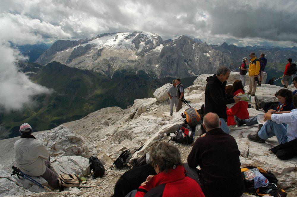 ドロミティの歩き方。ドロミーティトレッキング、ピッツ・ボエ(3,152m)頂上にある、リフージオ・カパンナ・ファッサ。しばし、居並ぶドロミーティ絶景を眺めましょう。