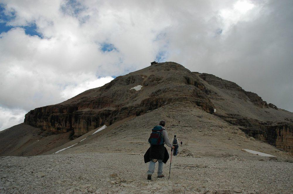 ドロミティの歩き方。ドロミーティトレッキング、ピッツ・ボエ(3,152m)へ、なだらかだったコースが少しずつ登りにかかります。