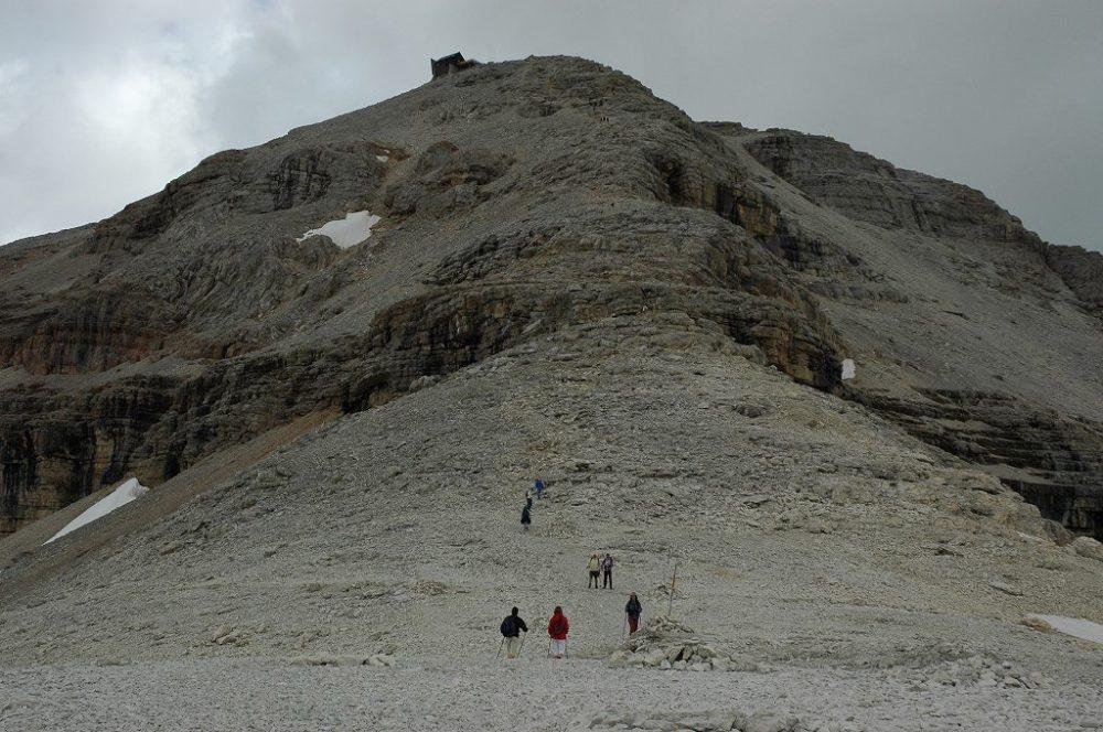 ドロミティの歩き方。目指すリフージオ・カパンナ・ファッサドロミーティトレッキング、ピッツ・ボエ(3,152m)へ、なだらかだったコースが少しずつ登りにかかります。
