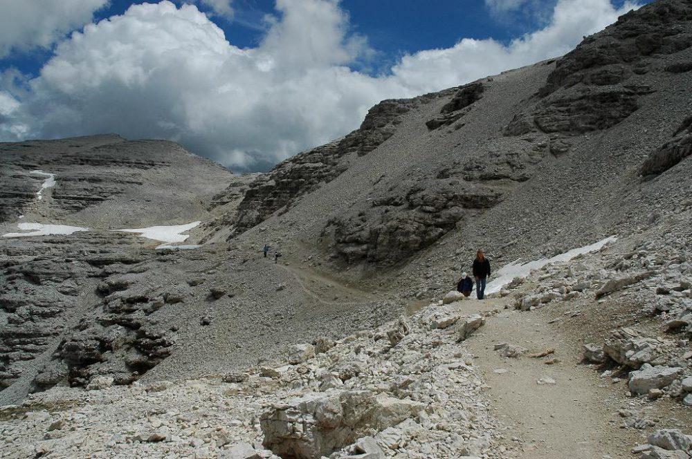 ドロミティの歩き方。ドロミーティトレッキング、ピッツ・ボエ(3,152m)へ、最初はなだらかなコースなので、ゆっくり歩きます。