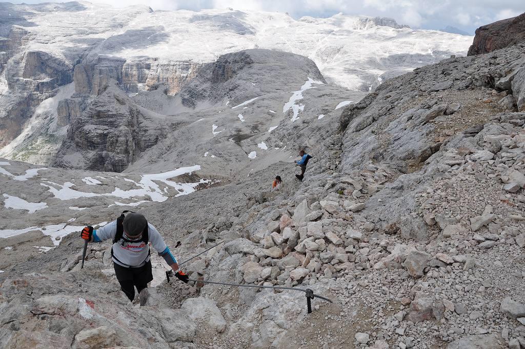 ドロミティの歩き方。ドロミーティトレッキング、ピッツ・ボエ(3,152m)へ、岩山にしつらえられたワイアーをしっかり握り、足元に気をつけゆっくりと登ります。