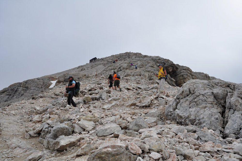 ドロミティの歩き方。ドロミーティトレッキング、ピッツ・ボエ(3,152m)へ、まだ続く岩山を足元に気をつけゆっくりと登ります。
