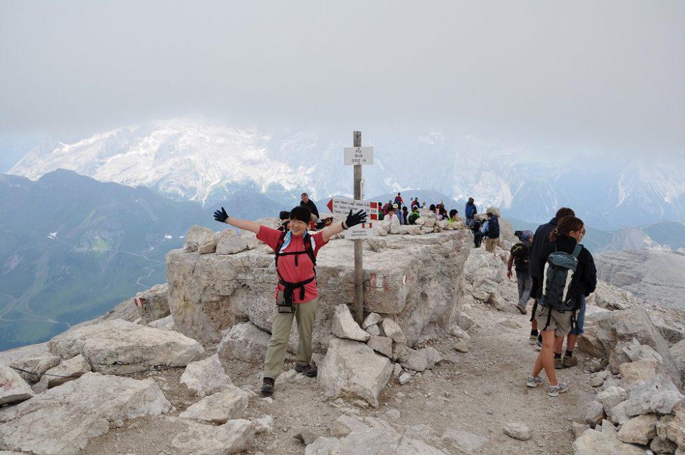 ドロミティの歩き方。ドロミーティトレッキング、ピッツ・ボエ(3,152m)へ、ついに頂上へリフージオ・カパンナ・ファッサです。後はマルモラーダ(3,342m)