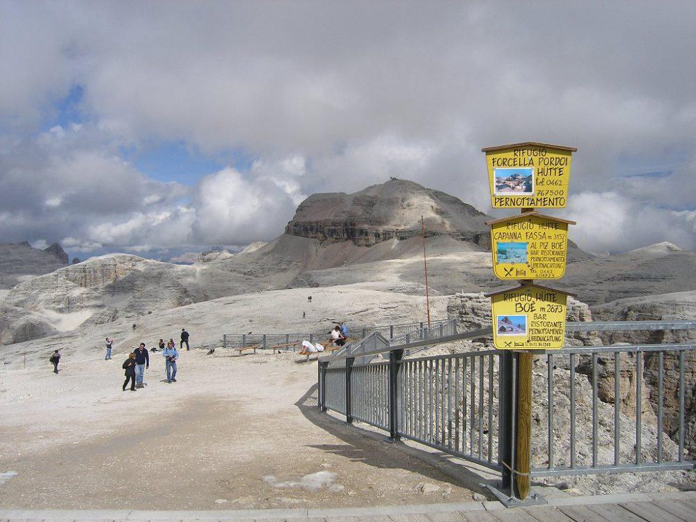 ドロミテの歩き方。パッソ・ポルドイ(2239m)からドロミテの展望台・サス・ポルドイ(2,950m)。グルッポ・デル・セッラの最高峰・ピッツ・ボエ(3,152m)が見えてきました。