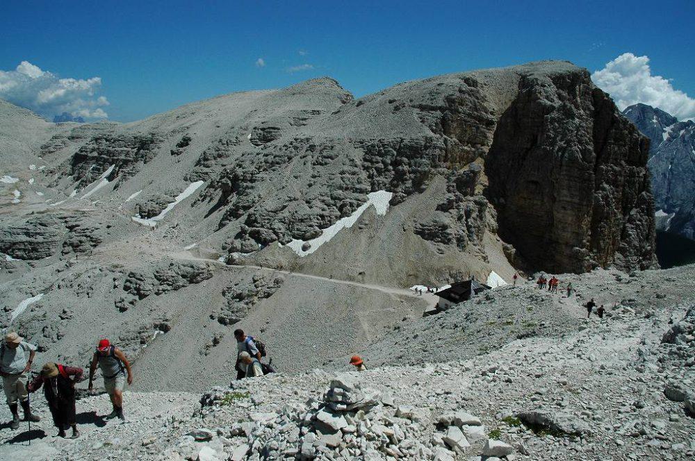 ドロミテの歩き方。ドロミテの展望台・サス・ポルドイ(2,950m)からフォルチェラ小屋ヒュッテへトレッキングできます。