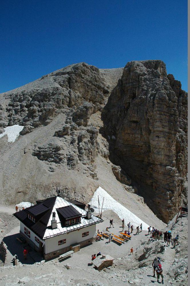 ドロミテの歩き方。ドロミテの展望台・サス・ポルドイ(2,950m)からトレッキング。フォルチェラ小屋が見えてきました。