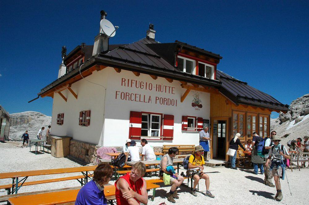 ドロミテの歩き方。ドロミテの展望台・サス・ポルドイ(2,950m)からトレッキング。リフージオ・フォルチェラ小屋で一休み。