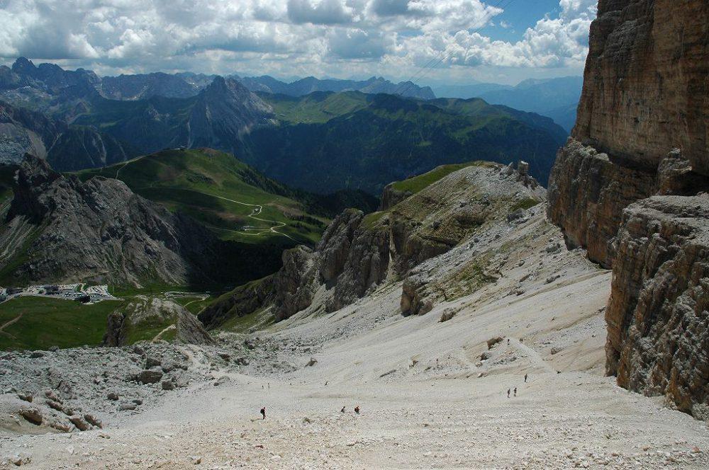 ドロミテの歩き方。ドロミテの展望台・サス・ポルドイ(2,950m)からトレッキング。リフージオ・フォルチェラ小屋で一休みしたら、パッソ・ポルドイ(2239m)へゆっくりトレッキング。