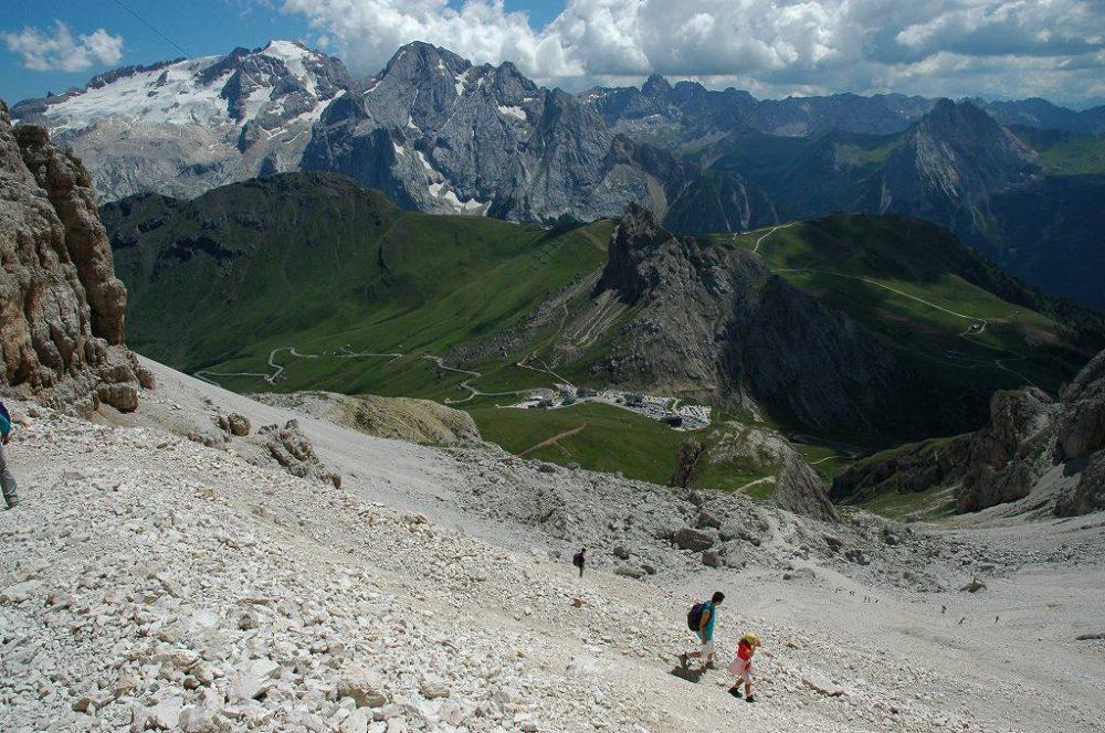 ドロミテの歩き方。ドロミテの展望台・サス・ポルドイ(2,950m)からパッソ・ポルドイ(2239m)へトレッキング。ドロミテでは親子で歩く人たちによく出会います。