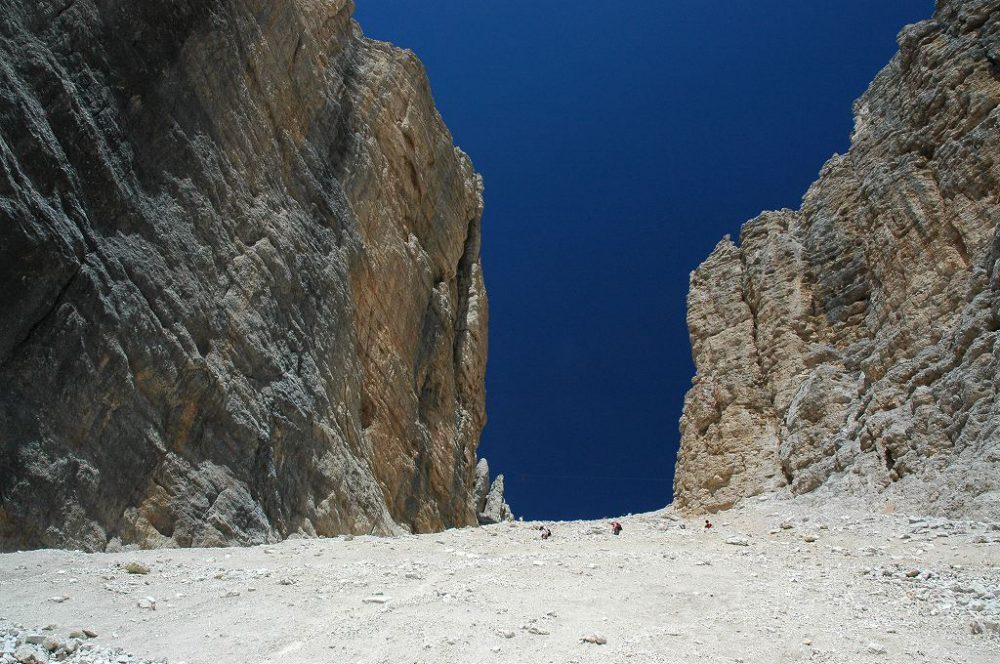 ドロミテの歩き方。ドロミテの展望台・サス・ポルドイ(2,950m)からパッソ・ポルドイ(2239m)へトレッキング。フォルチェラ小屋から10分ほど歩いたら