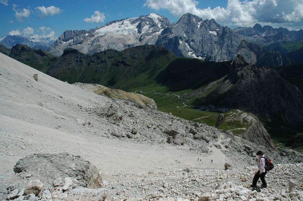 ドロミテの歩き方。ドロミテの展望台・サス・ポルドイ(2,950m)からパッソ・ポルドイ(2239m)トレッキングで見えるマルモラーダ(3,342m)の勇姿。