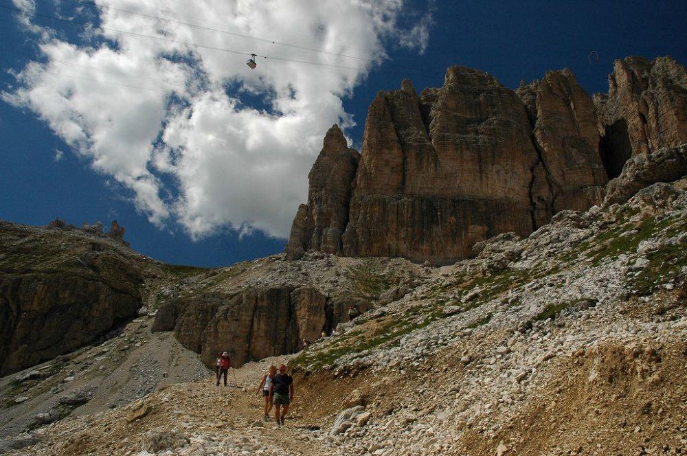 ドロミテの歩き方。ドロミテの展望台・サス・ポルドイ(2,950m)~パッソ・ポルドイ(2239m)トレッキング。ゴンドラがサス・ポルドイへ登るゴンドラが空高く