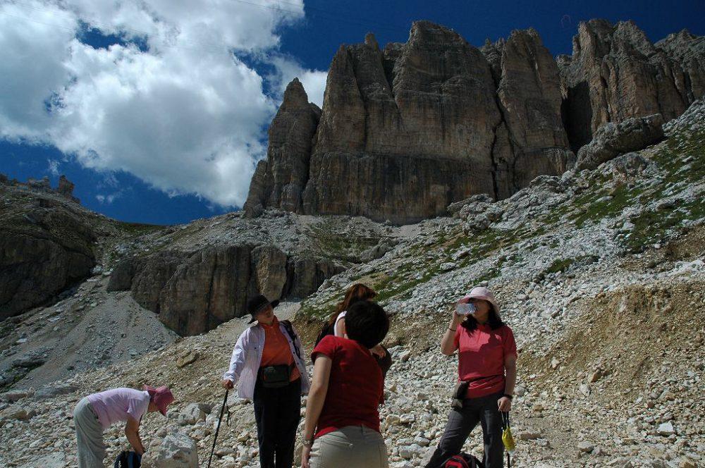ドロミテの歩き方。ドロミテの展望台・サス・ポルドイ(2,950m)~パッソ・ポルドイ(2239m)トレッキング。ここからはあと一息。水分補給で一休み