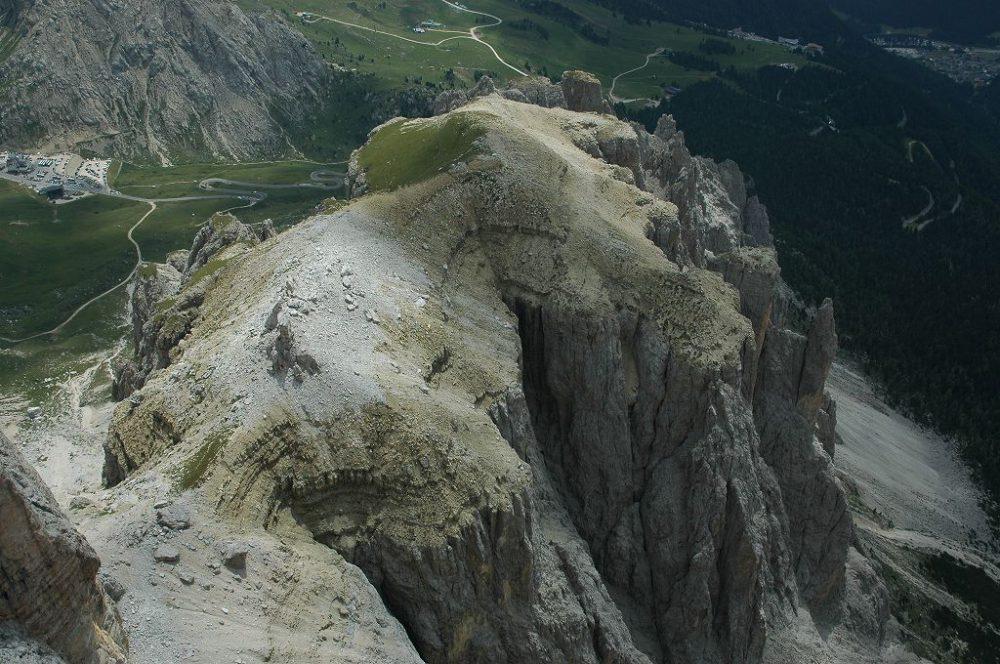 ドロミテの歩き方。ドロミテの展望台・サス・ポルドイ(2,950m)~パッソ・ポルドイ(2239m)方向の景観。グルッポ・デル・セッラの岩峰が