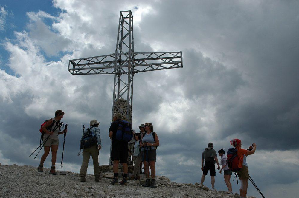 ドロミテの歩き方。ドロミテの展望台・サス・ポルドイ(2,950m)。グルッポ・デル・セッラの十字架をバックに記念写真。