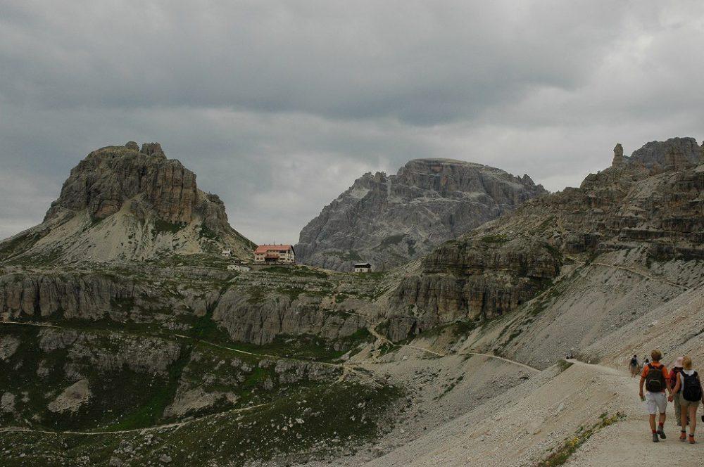 ドロミテの歩き方、トレ・チーメ・ディ・ラヴァレード。トレ・チーメ=三つの峰の全容を撮ったら、次はロカテッリヒュッテを目指して30~40ほど歩きます。